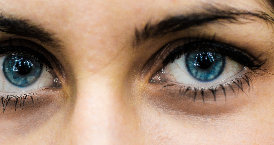 e6e7d368f يقول الطبيب شارلوت كلارك و هو طبيب للأمراض الجلدية في مدينة نيويورك: إن  إغلاق العينين لمدة ليلة كاملة غير كافٍ للقضاء على الهالات السوداء.