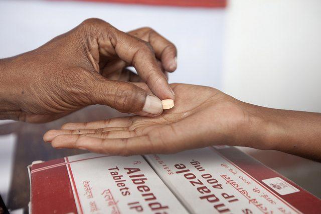 أعراض الإصابة بالديدان المعوية و أهم العلاجات الطبيعية و أساليب الوقاية منها كبسولة